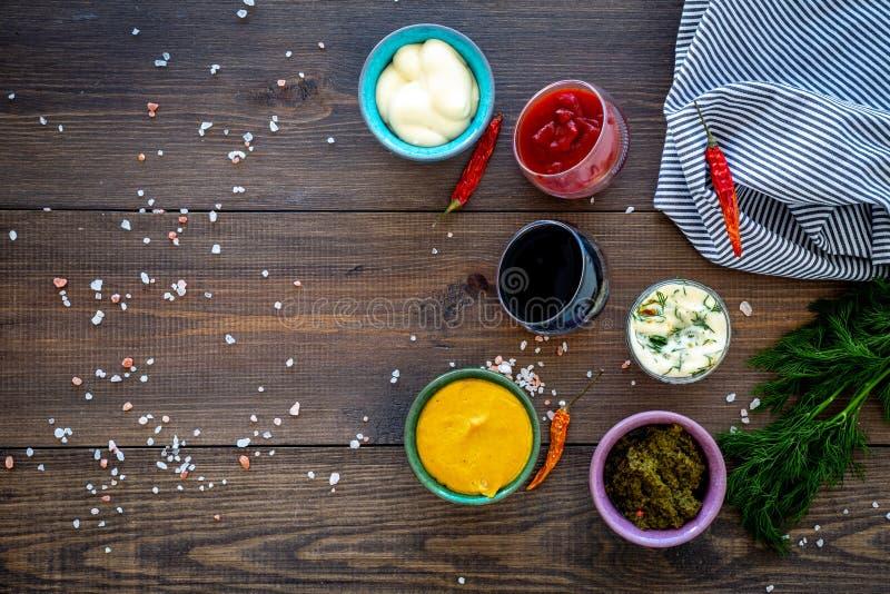 Ingrediënten voor schotels Onderdompeling sause, het kleden zich Ketchup, mayonaise, mosterd, sojasaus, barbecuesaus, pesto, most stock fotografie