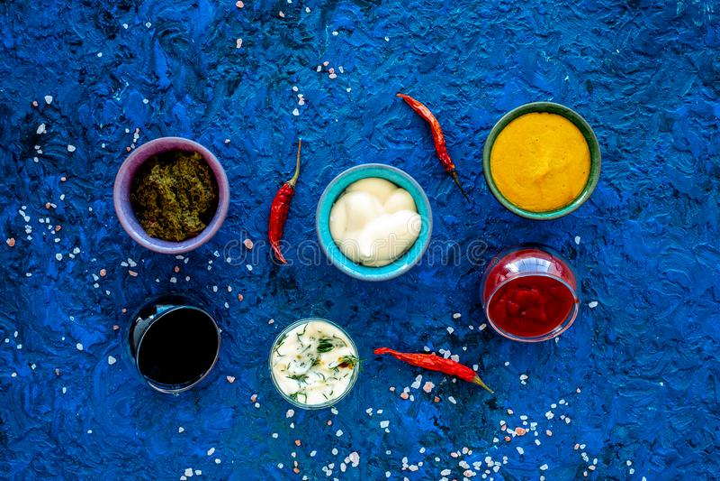Ingrediënten voor schotels Onderdompeling sause, het kleden zich Ketchup, mayonaise, mosterd, sojasaus, barbecuesaus, pesto, most royalty-vrije stock foto's