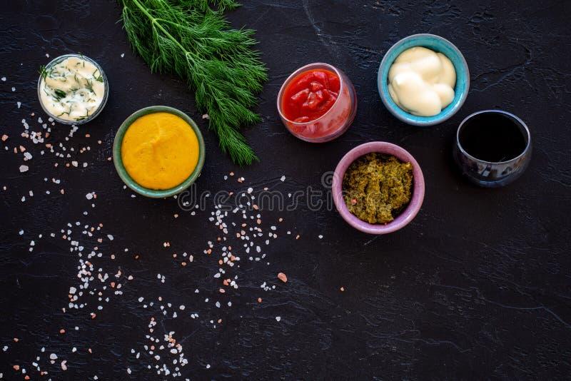 Ingrediënten voor schotels Onderdompeling sause, het kleden zich Ketchup, mayonaise, mosterd, sojasaus, barbecuesaus, pesto, most royalty-vrije stock afbeelding