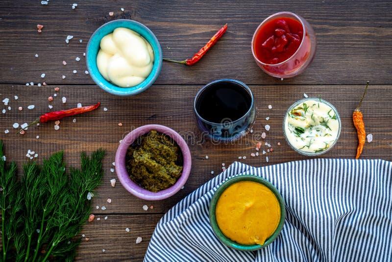 Ingrediënten voor schotels Onderdompeling sause, het kleden zich Ketchup, mayonaise, mosterd, sojasaus, barbecuesaus, pesto, most stock afbeeldingen