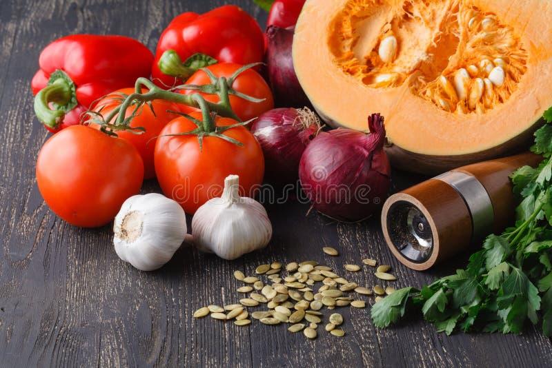 Ingrediënten voor seizoengebonden pompoensoep stock afbeelding