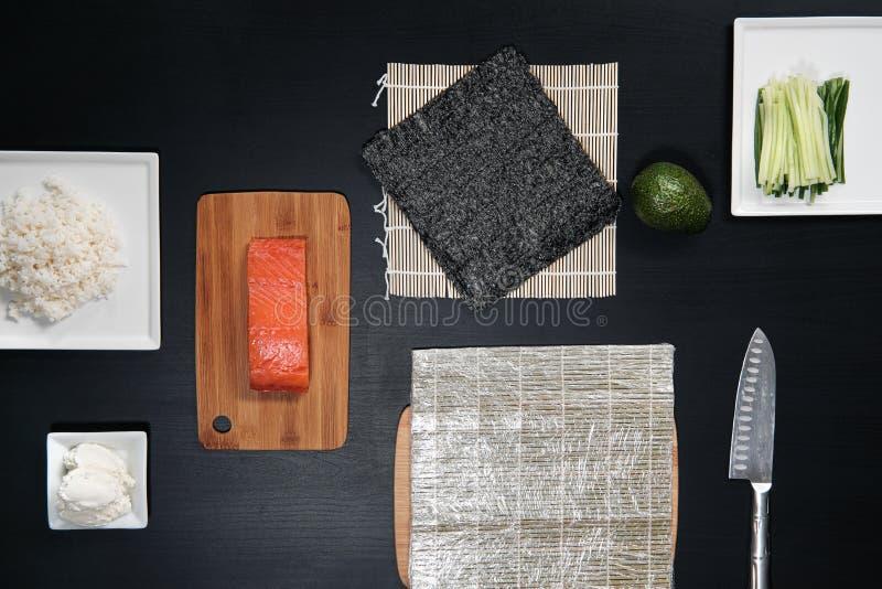 Ingrediënten voor sushi en broodjes Rode vissen, avocado, roomkaas royalty-vrije stock afbeelding