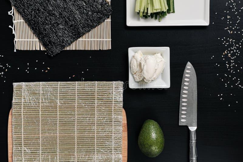 Ingrediënten voor sushi en broodjes Rode vissen, avocado, roomkaas stock fotografie