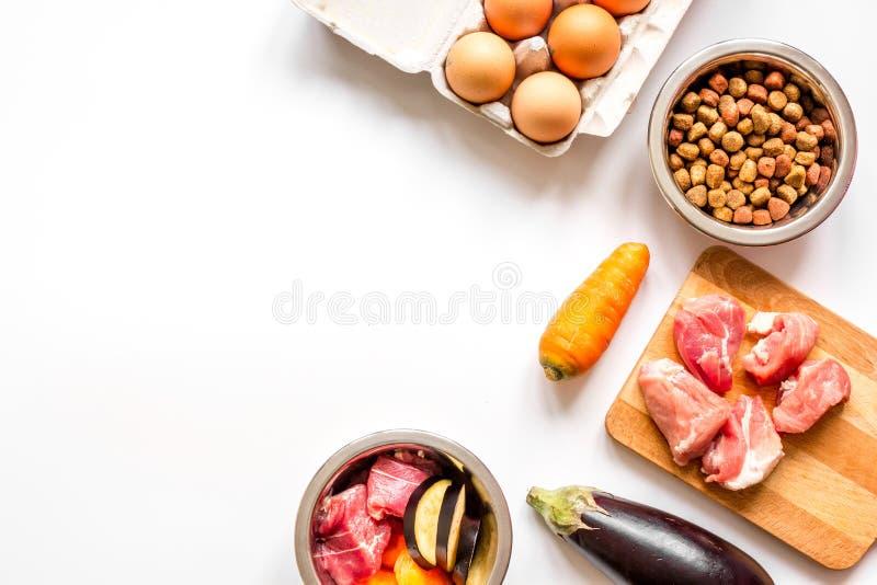 Ingrediënten voor voedsel voor huisdieren holistic hoogste mening over witte achtergrond stock afbeeldingen