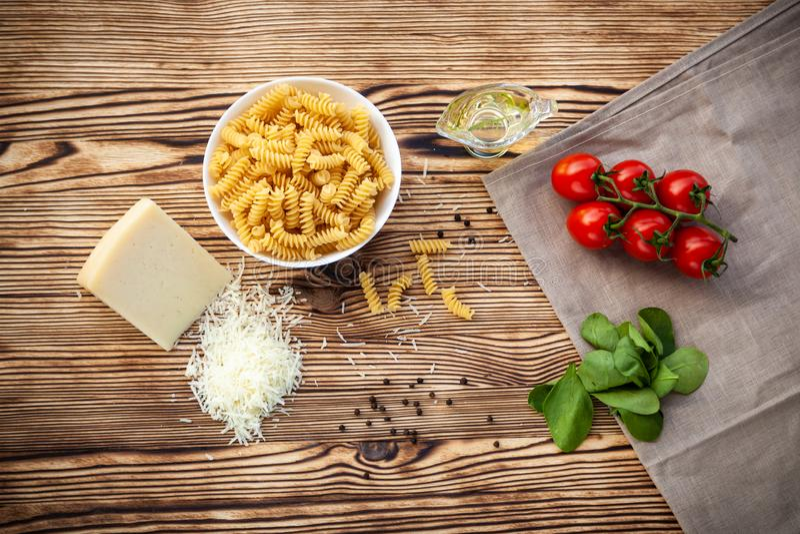 Ingrediënten voor voorbereiding van deegwaren stock foto