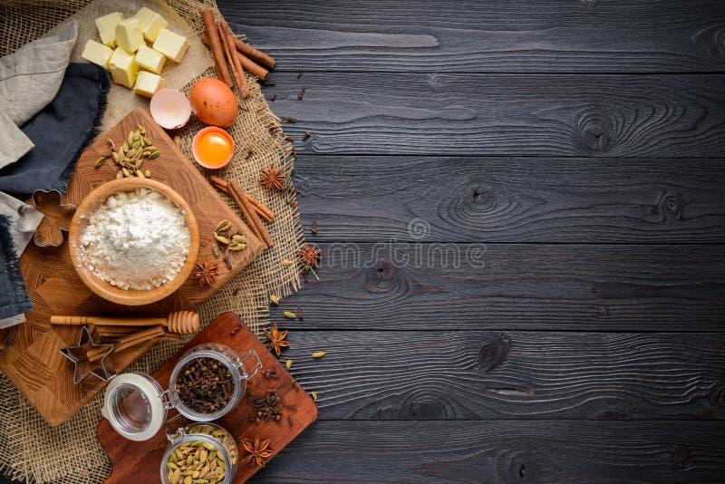 Ingredi?nten voor de koekjes van de bakselgember op een rustieke houten achtergrond stock afbeelding
