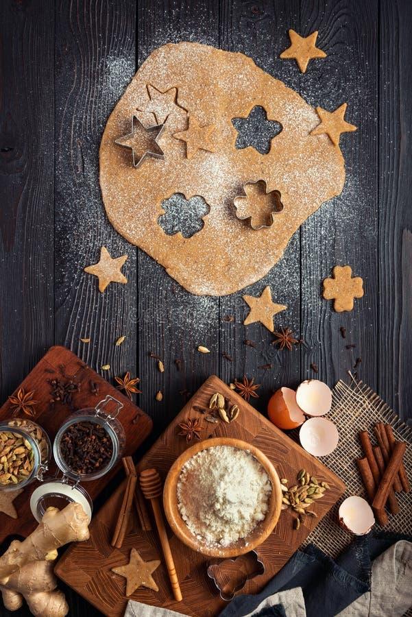 Ingredi?nten voor de koekjes van de bakselgember op een rustieke houten achtergrond royalty-vrije stock fotografie