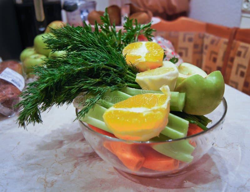 Ingredi?nten voor dieetsalade, appelen en selderie en verse wortelen stock afbeeldingen