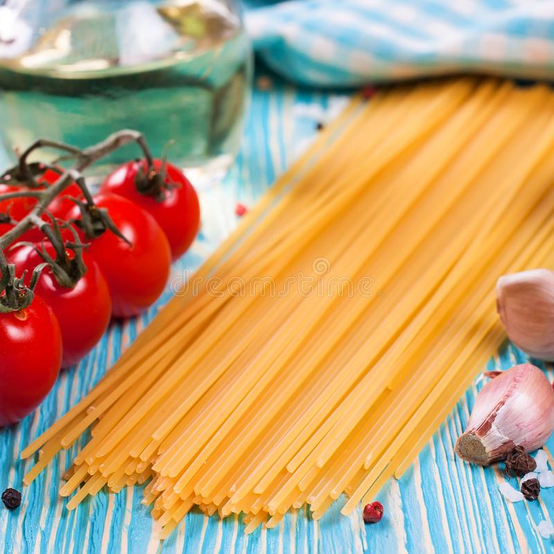 Ingredi?nten voor Italiaanse deegwaren op blauwe houten achtergrond royalty-vrije stock foto's