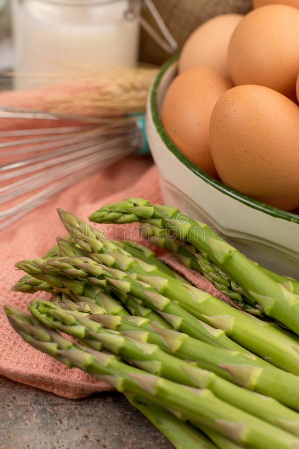 Ingrediens för den läckra gröna sparrispajen, smaklig vegetaria arkivfoton