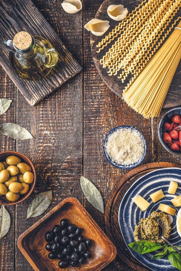 Ingredienser av italiensk kokkonst på trätabelllodlinjen arkivfoto