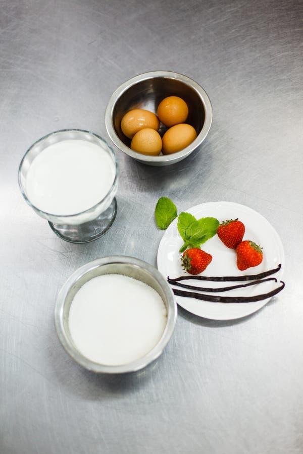 Ingredienser för att laga mat brulee kräm fotografering för bildbyråer