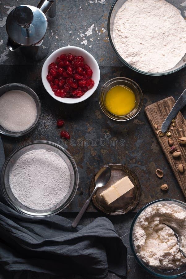 Ingredienser för att laga mat cannoli av den traditionella italienska efterrätten arkivbilder