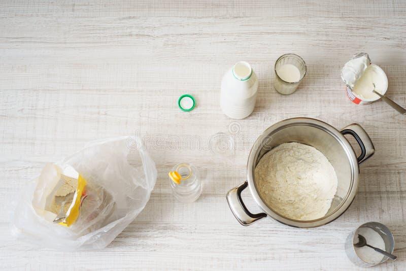 Ingredienser för att laga mat degpizza på tabellen arkivbild