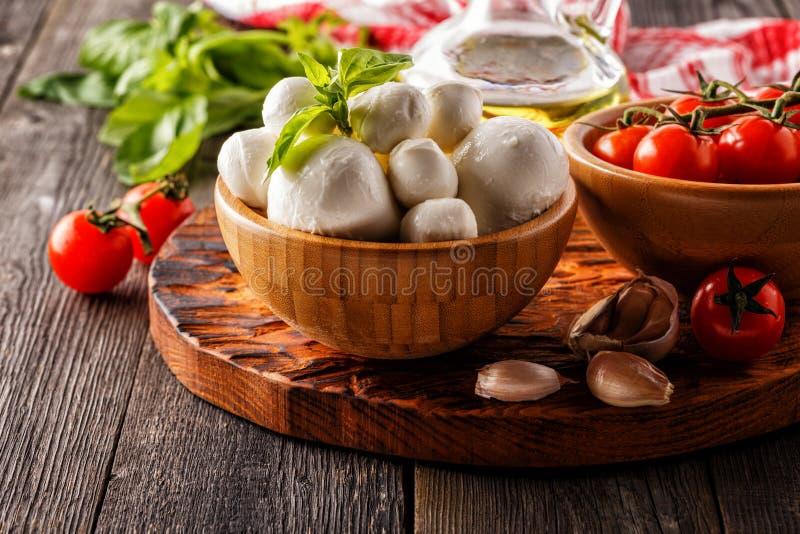 Ingredienser för att laga mat - mozzarellaost, tomater, basilika royaltyfria foton