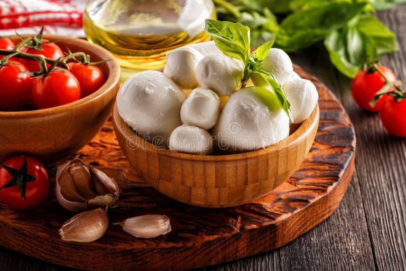 Ingredienser för att laga mat - mozzarellaost, tomater, basilika royaltyfri bild
