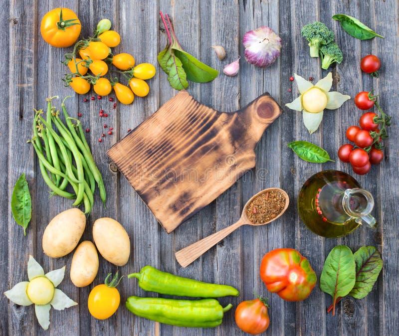 Ingredienser för att laga mat på den lantliga trätabellen runt om tom cutt royaltyfri foto