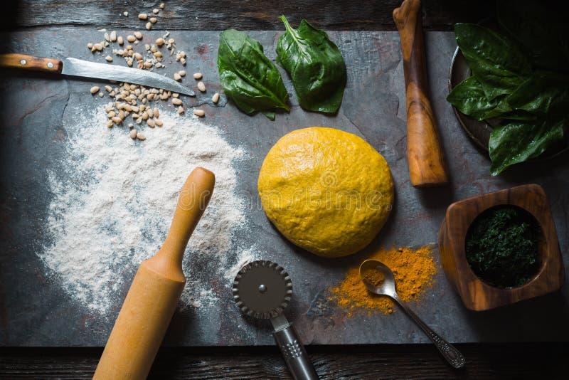Ingredienser för att laga mat raviolideg med gurkmeja, spenat royaltyfri bild