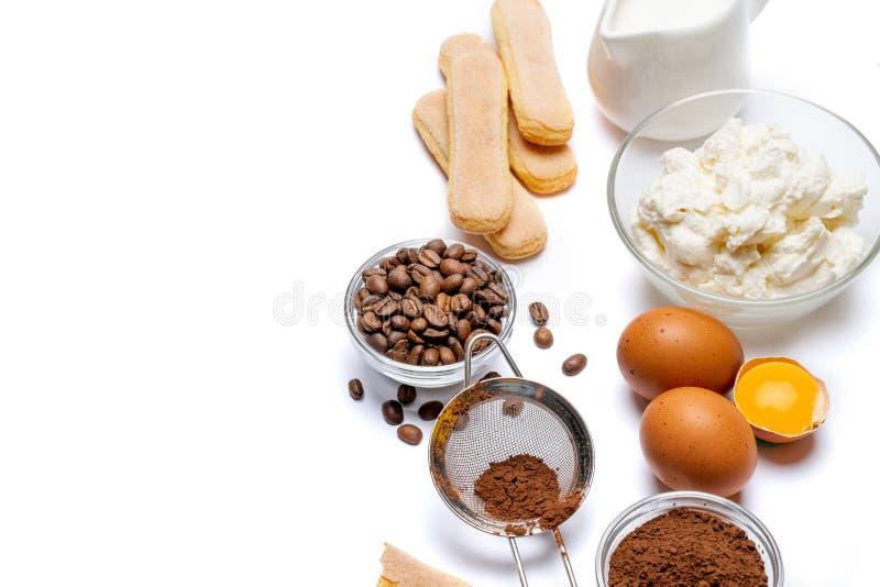 Ingredienser för att laga mat tiramisuen - Savoiardi ljusbruna kakor, mascarpone, kräm, socker, kakao, kaffe och ägg royaltyfri fotografi