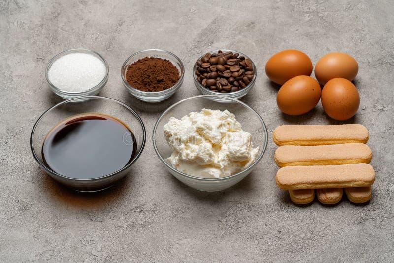 Ingredienser för att laga mat tiramisuen - Savoiardi ljusbruna kakor, mascarpone, ost, socker, kakao, kaffe och ägg royaltyfri fotografi
