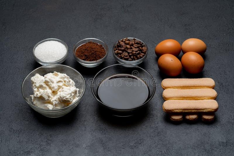 Ingredienser för att laga mat tiramisuen - Savoiardi ljusbruna kakor, mascarpone, ost, socker, kakao, kaffe och ägg royaltyfri bild