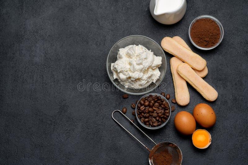 Ingredienser för att laga mat tiramisuen - Savoiardi ljusbruna kakor, mascarpone, ost, socker, kakao, kaffe och ägg royaltyfria foton