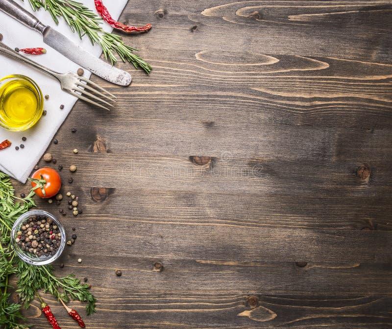Ingredienser för att laga mat vegetarisk mat, tomater, smör, örter, färgrika peppar på bästa sikt för trälantlig bakgrund gränsar arkivfoton