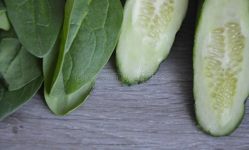 Ingredienser för den nya ägg och gurkan för spenatsalladvaktel royaltyfria bilder