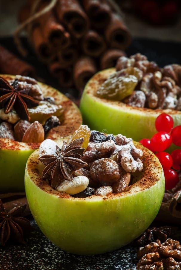 Ingredienser för det bakade äpplet med muttrar, selektiv fokus royaltyfri fotografi