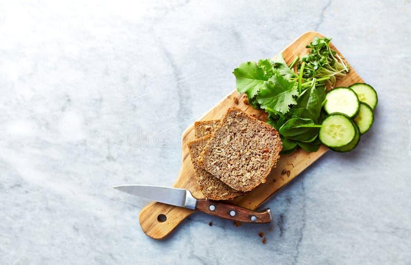 Ingredienser för det sunda hemmet som göras smörgåsar royaltyfria bilder