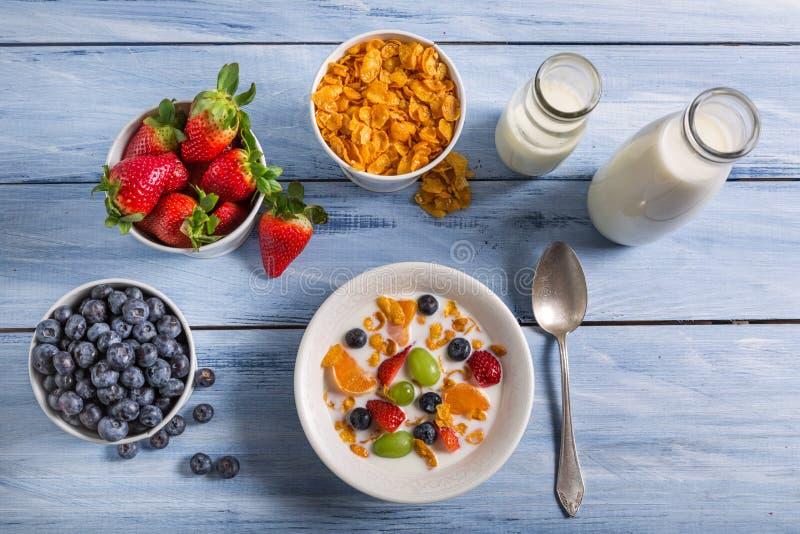 Ingredienser för en sund och näringsrik frukost royaltyfri fotografi