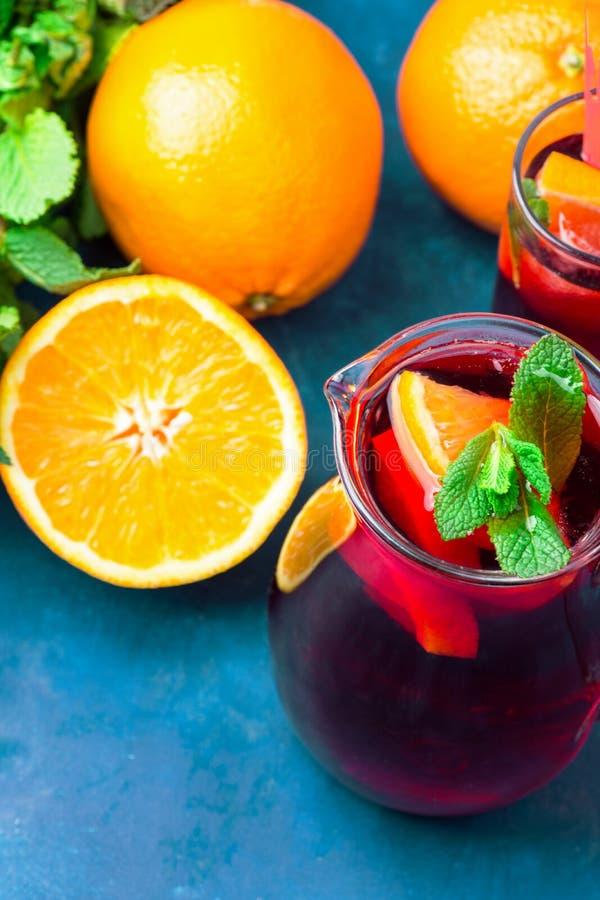 Ingredienser f?r f?rnyande dryck f?r lokalv?rd f?r icke-alkoholist sommardetox Sangria fr?n variation av orange citrus druvafrukt arkivfoto