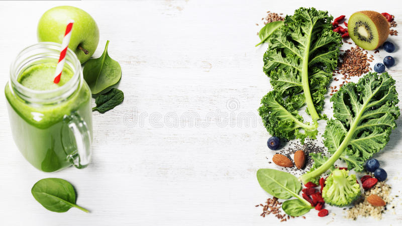 Ingredienser för framställning av den sunda gröna smoothien eller av sallad royaltyfria foton