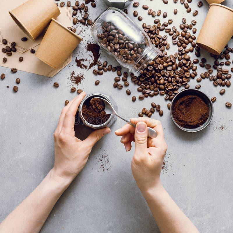 Ingredienser för framställning av kaffe framlänges lekmanna- royaltyfri bild
