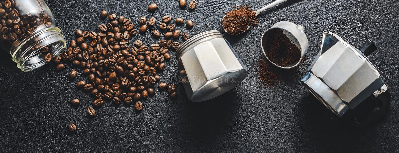Ingredienser för framställning av kaffe framlänges lekmanna- royaltyfria bilder