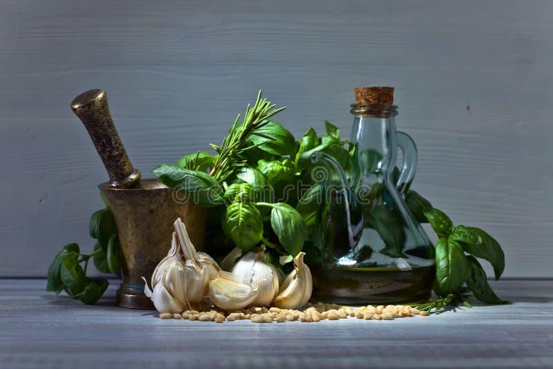 Ingredienser för framställning av pesto på en trätabell royaltyfria foton