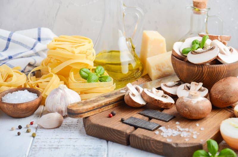 Ingredienser för framställning av tagliatellepasta med champinjoner sund italienare för mat fotografering för bildbyråer