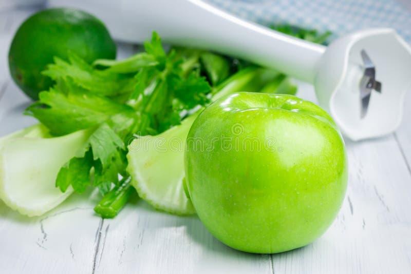 Ingredienser för grön smoothie royaltyfri bild