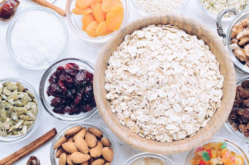 Ingredienser för hemlagad granola royaltyfria foton