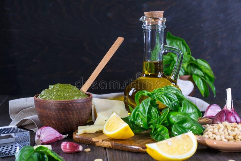 Ingredienser för hemlagad pesto: basilika parmesan, sörjer muttrar, vitlök, olivolja royaltyfri foto