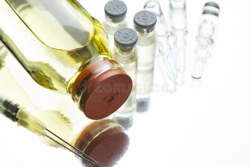 Ingredienser för injektion: medicin vatten för injektioner royaltyfri foto