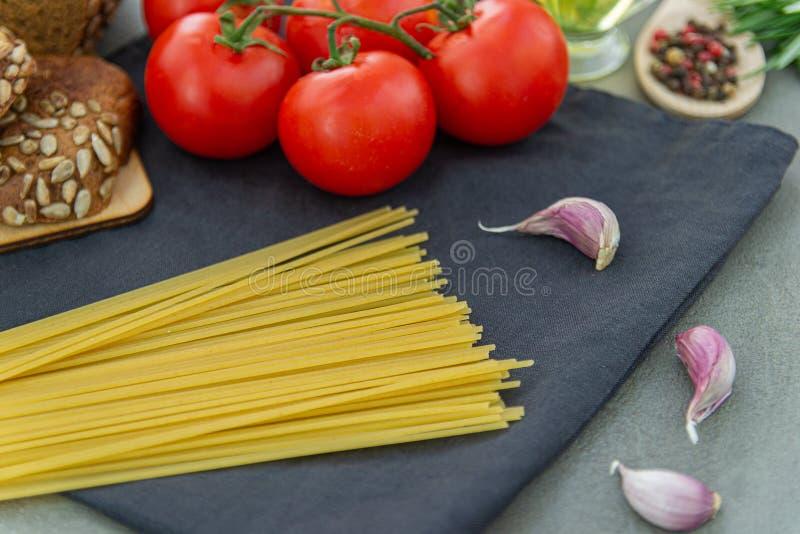 Ingredienser för italiensk pasta - spagetti fotografering för bildbyråer