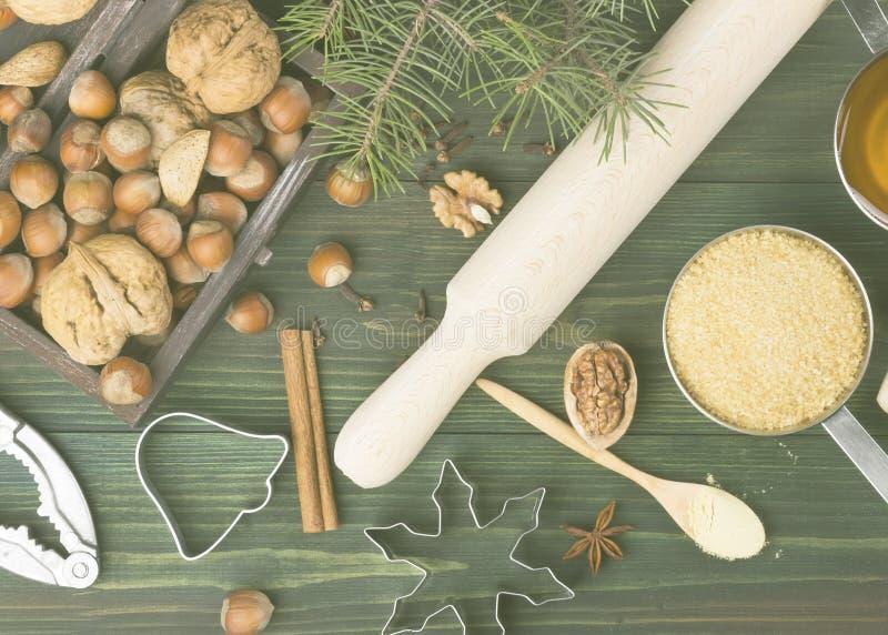 Ingredienser för ljust rödbrun pepparkakor för jul med honung och cin fotografering för bildbyråer