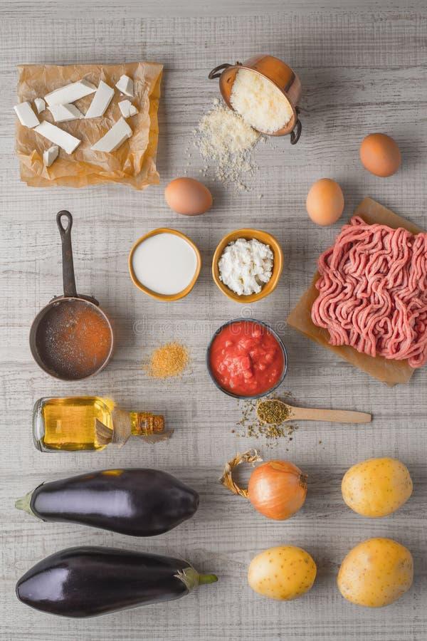 Ingredienser för moussaka på den vita tabelllodlinjen fotografering för bildbyråer