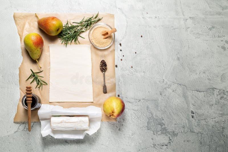 Ingredienser för päronet som är syrligt med getost, rosmarin och honung royaltyfri fotografi