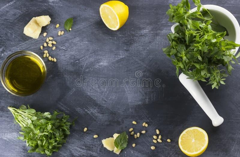 Ingredienser för pesto: basilika sörjer muttrar, ostparmesan, citron, arkivfoto