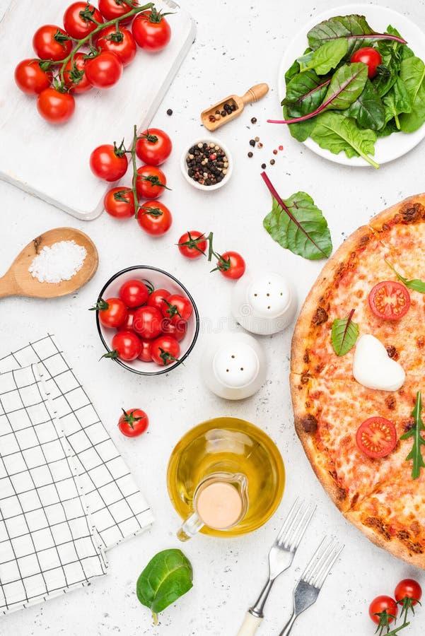 Ingredienser för pizza- och italienarekokkonstmat på vit royaltyfri fotografi