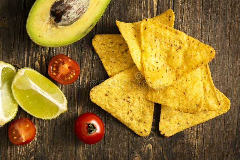 Ingredienser för sås för Nachos och för Guacamole för havretortillachiper royaltyfria foton