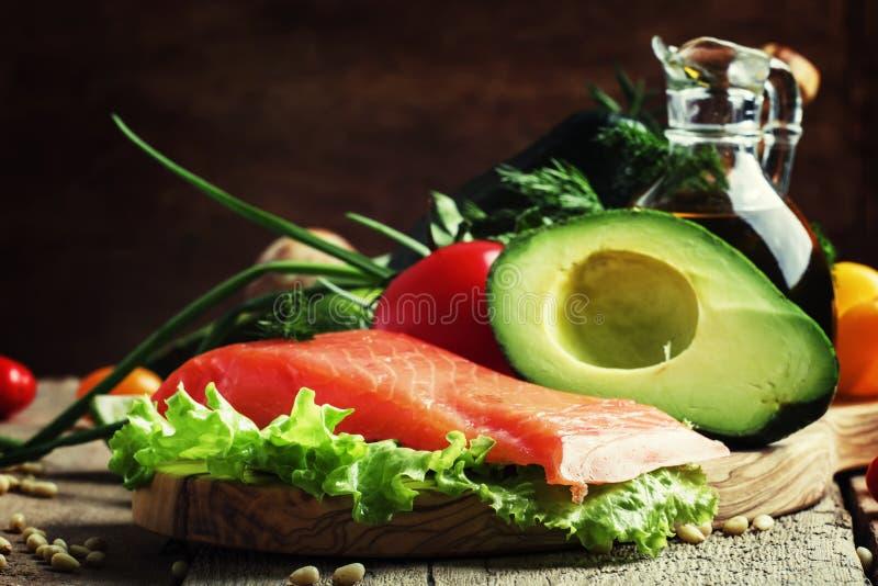 Ingredienser för sallad med den rökte laxen och avokadot, foods är royaltyfri fotografi