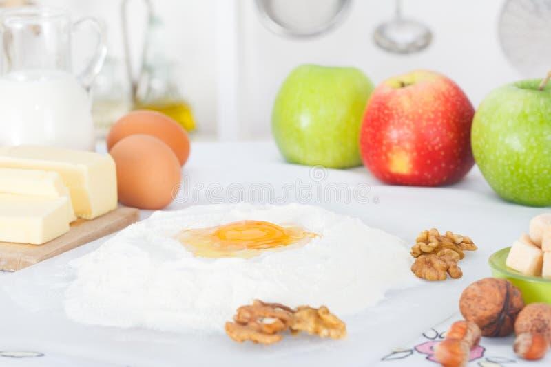 Ingredienser för stekhet äppelpaj arkivfoto